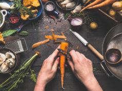 Kobieta obierająca marchewkę