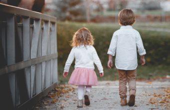 dwójka dzieci ubrana na ważną uroczystość