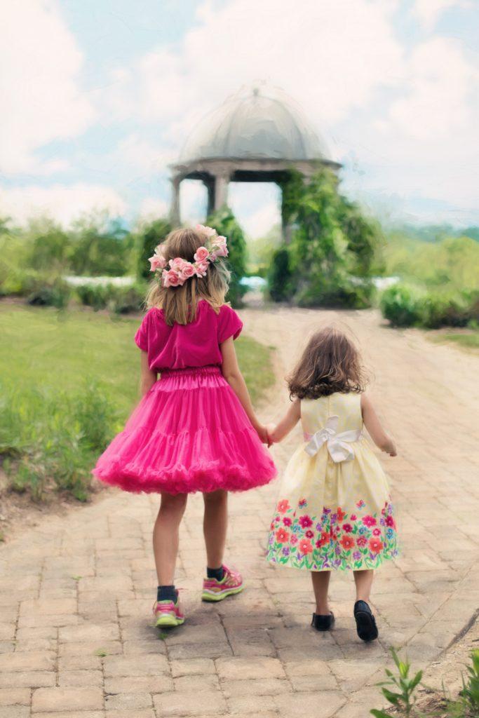 dziewczynki w eleganckich sukienkach