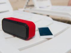 głośnik bezprzewodowy na plaży