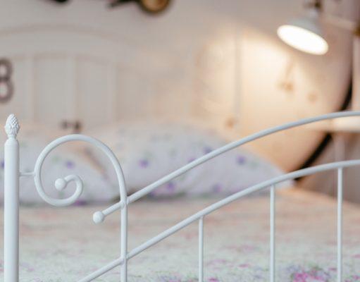 metalowe łóżko sypialnia