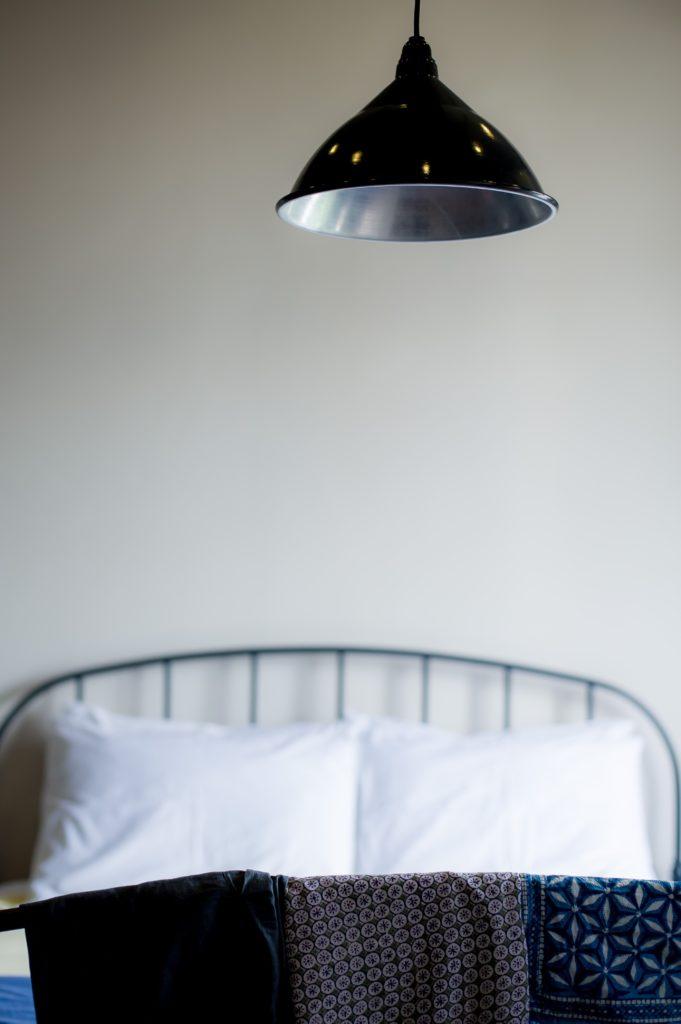 metalowe łózko w sypialni