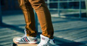 modny mężczyzna w sportowych butach