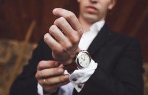 elegancki mężczyzna z zegarkiem na ręku
