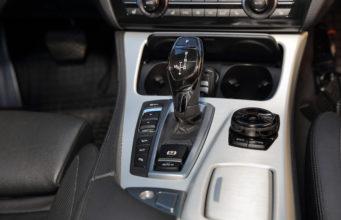 Dźwignia zmiany biegów w nowoczesnym samochodzie osobowym.