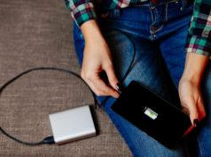 kobieta podpinająca smartfona do powerbanku