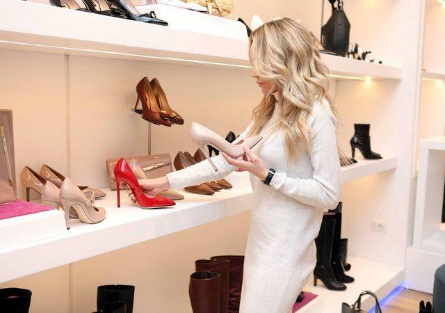 kobieta w sklepie wybierająca buty