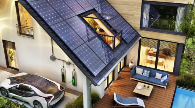 nowoczesney dom z panelami fotowoltaicznymi i samochodem elektrycznym