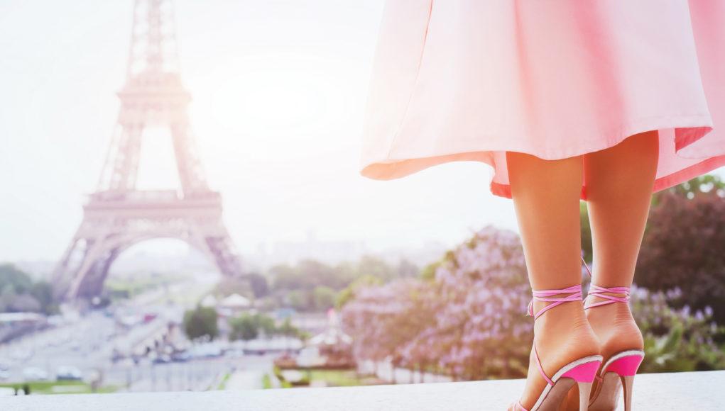 Paryski szyk: kobieta w delikatnych butach na obcasie w różowej stylizacji