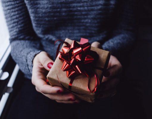 prezent w kobiecych rękach