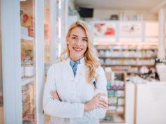 uśmiechnięta farmaceutka na tle apteki