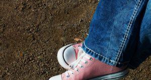 brzoskwiniowe trampki do jeansów
