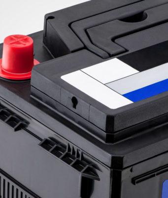 zbliżenie na czarny akumulator samochodowy