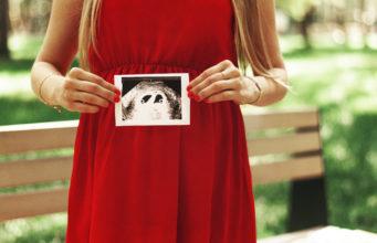 kobieta w ciąży ze zdjęciem usg