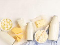 produkty mleczne na jasnym tle