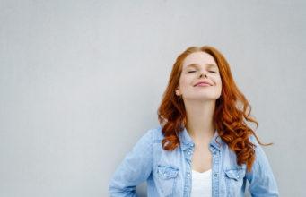 rudowłosa spokojna dziewczyna