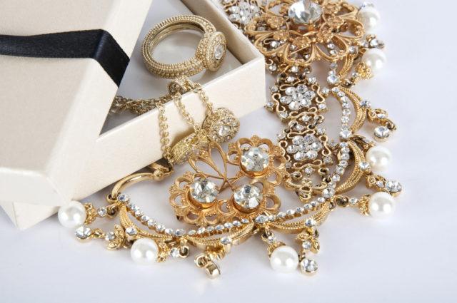 złota biżuteria z kamieniami