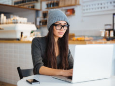 dziewczyna z laptopem w knajpie