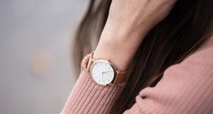 kobieta w eleganckim zegarku damskim