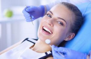 młoda kobieta na profilaktycznej wizycie stomatologicznej