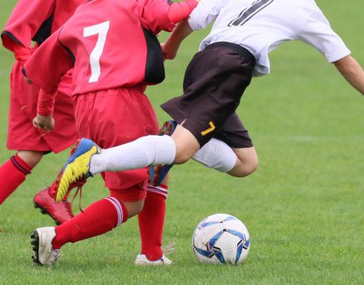młodzi chłopcy grający w piłkę nożną