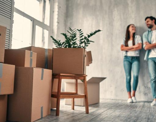 młodzi ludzie w nowym mieszkaniu