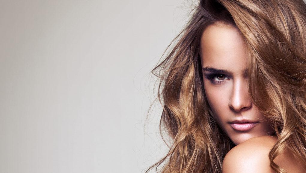 piękna delikatna kobieta z długimi włosami