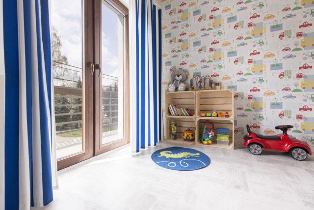 kolorowy pokój dziecięcy z tapetą