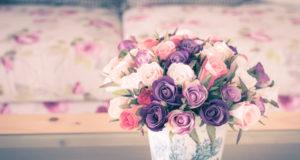 kolorowe sztuczne kwiaty w stylizacji vintage