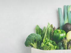 świeże zielone warzywa w torbie