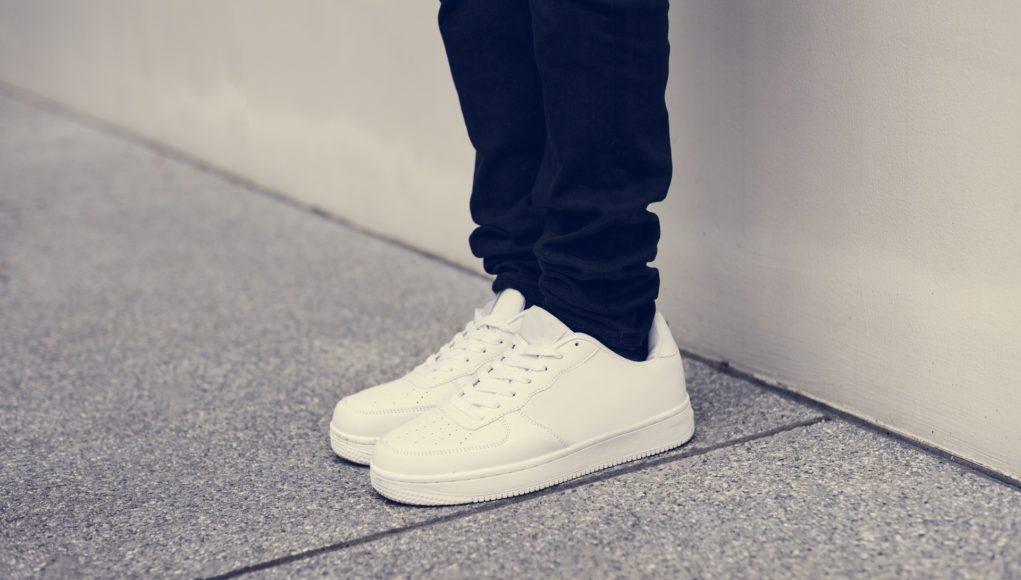 sneakersy do jeansów