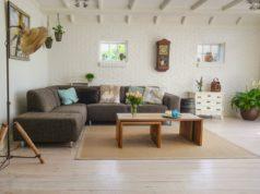 eklektyczny salon z narożnikiem i drewnianym stołem