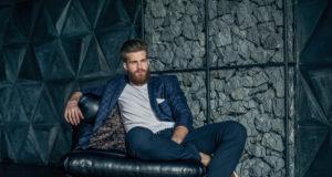 elegancki hipster na fotelu