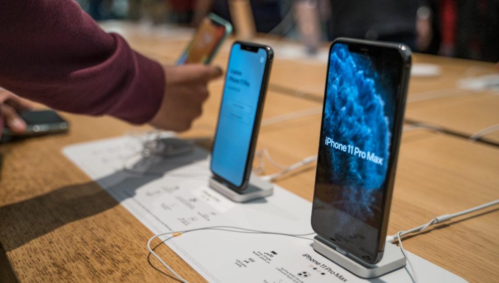 Apple Iphone 11 Pro Max na półce sklepowej