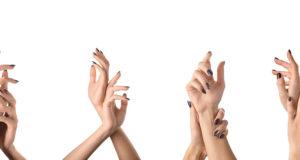 kobiece piękne zadbane dłonie