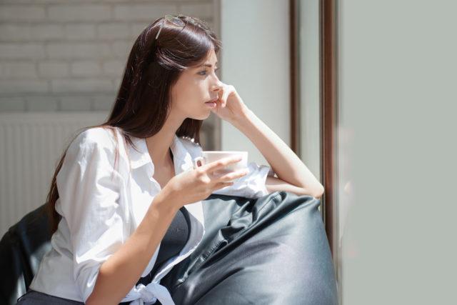 zamyślona piękna kobieta na worku sako