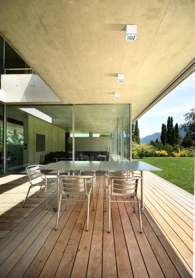 krzesła i stół na prostym i nowoczesnym tarasie