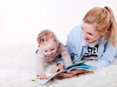 kobieta czytająca dziecku bajkę