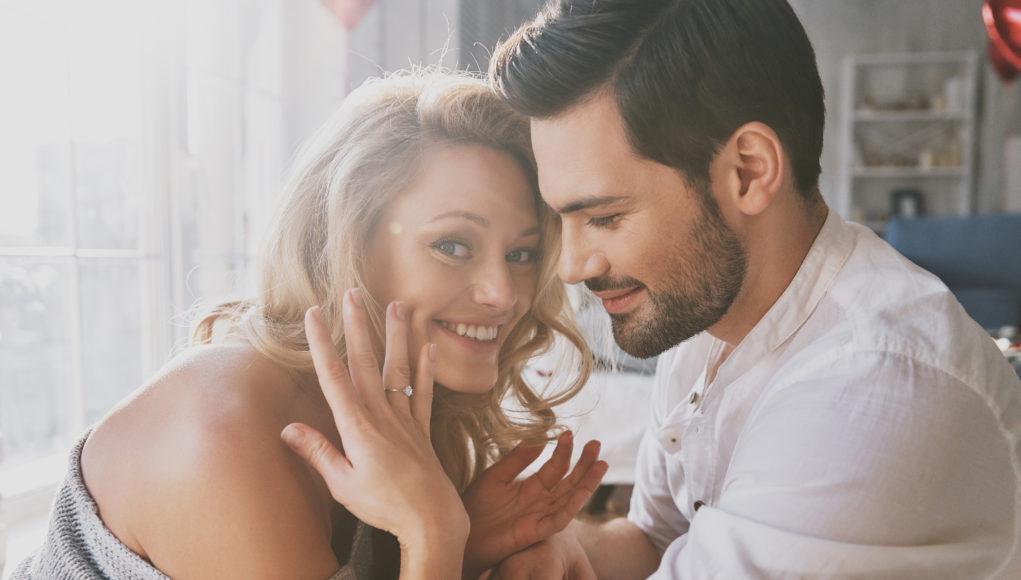 kobieta pokazująca pierścionek zaręczynowy