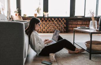 kobieta pracująca na laptopie w domu