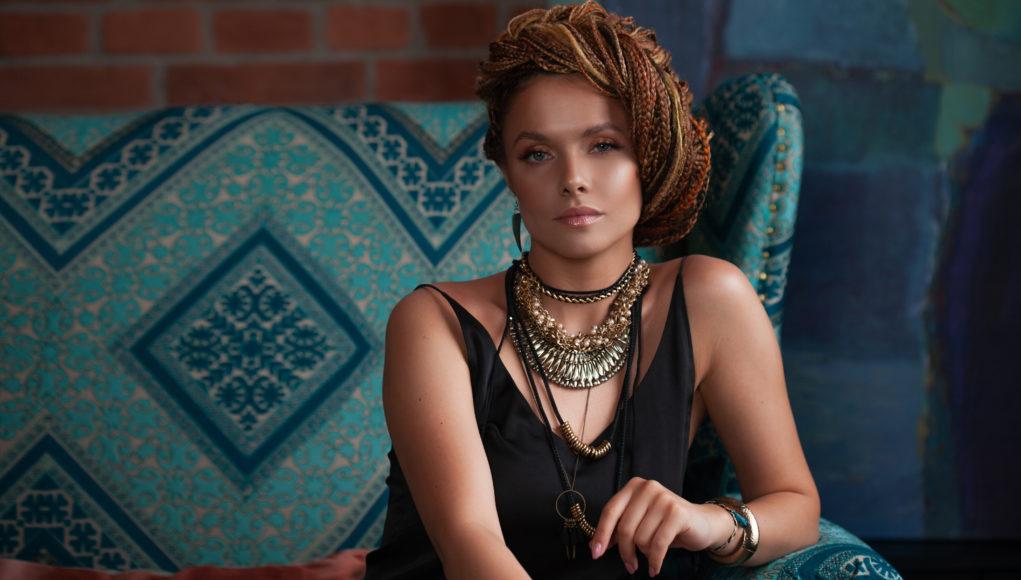 piękna kobieta w stylu etno