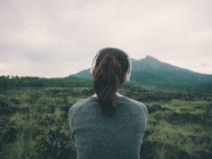 kobieta w górach ze słuchawkami na uszach