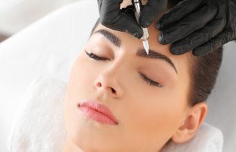 kobieta wykonująca makijaż permanentny brwi