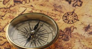 stary kompas na zabytkowej mapie