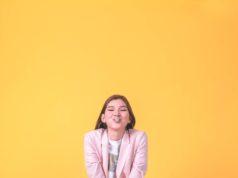 młoda dziewczyna w żółtym kombinezonie