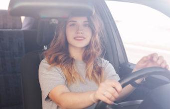młoda dziewczyna za kierownicą