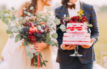 zbliżenie na młodą parę z bukietem ślubnym i tortem