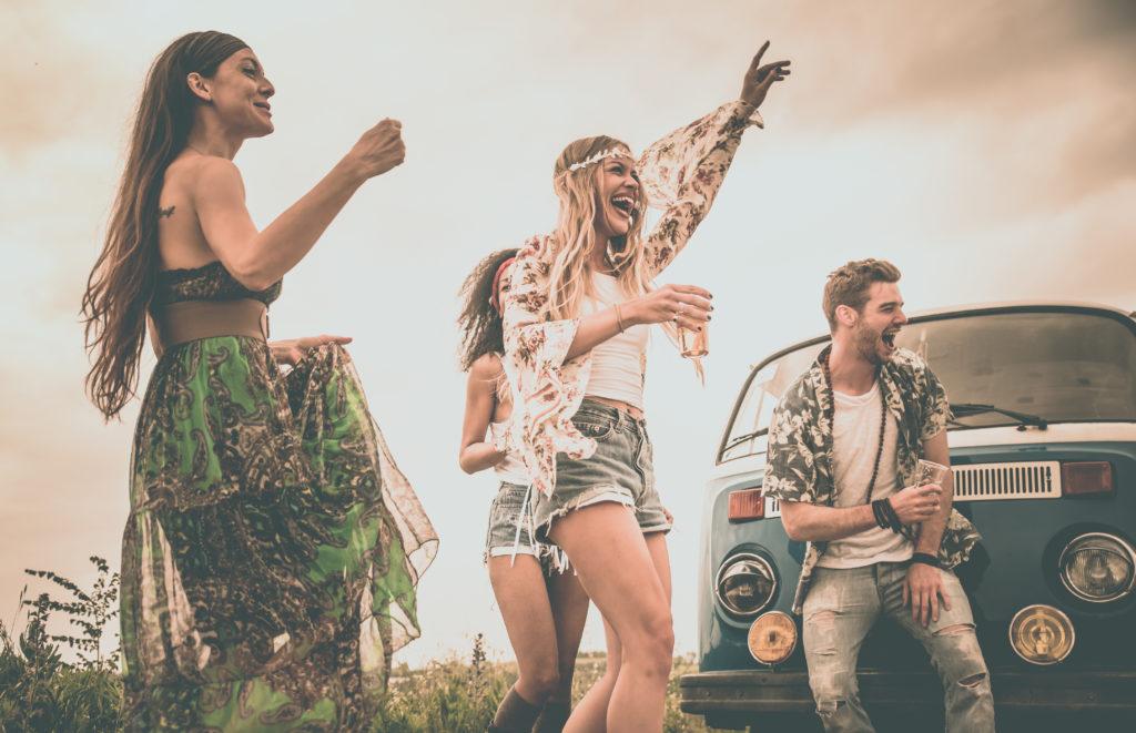 młodzi ludzie ubrani w stylu hippie