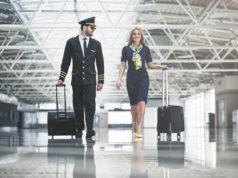 pilot i stewardessa na lotnisku