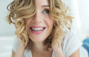 uśmiechnięta kobieta z aparatem na zębach